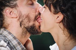 Come si muove la lingua nel bacio